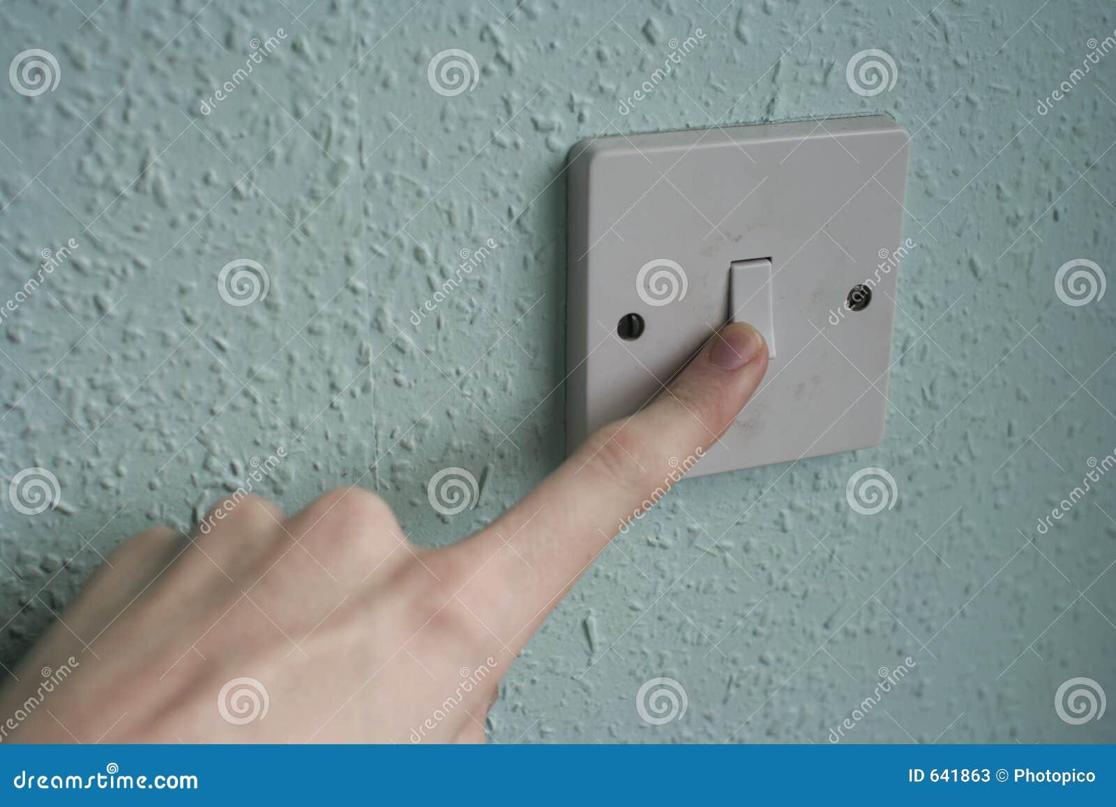 Dedo en un interruptor ligero