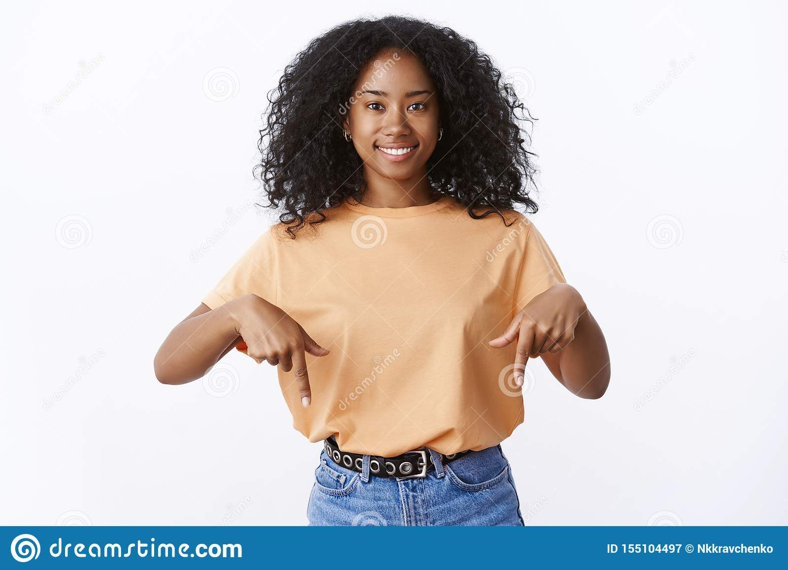 Dedos índices punteagudos amistosos sonrientes encantadores del afroamericano 20s de la mujer del corte de pelo joven animado lin