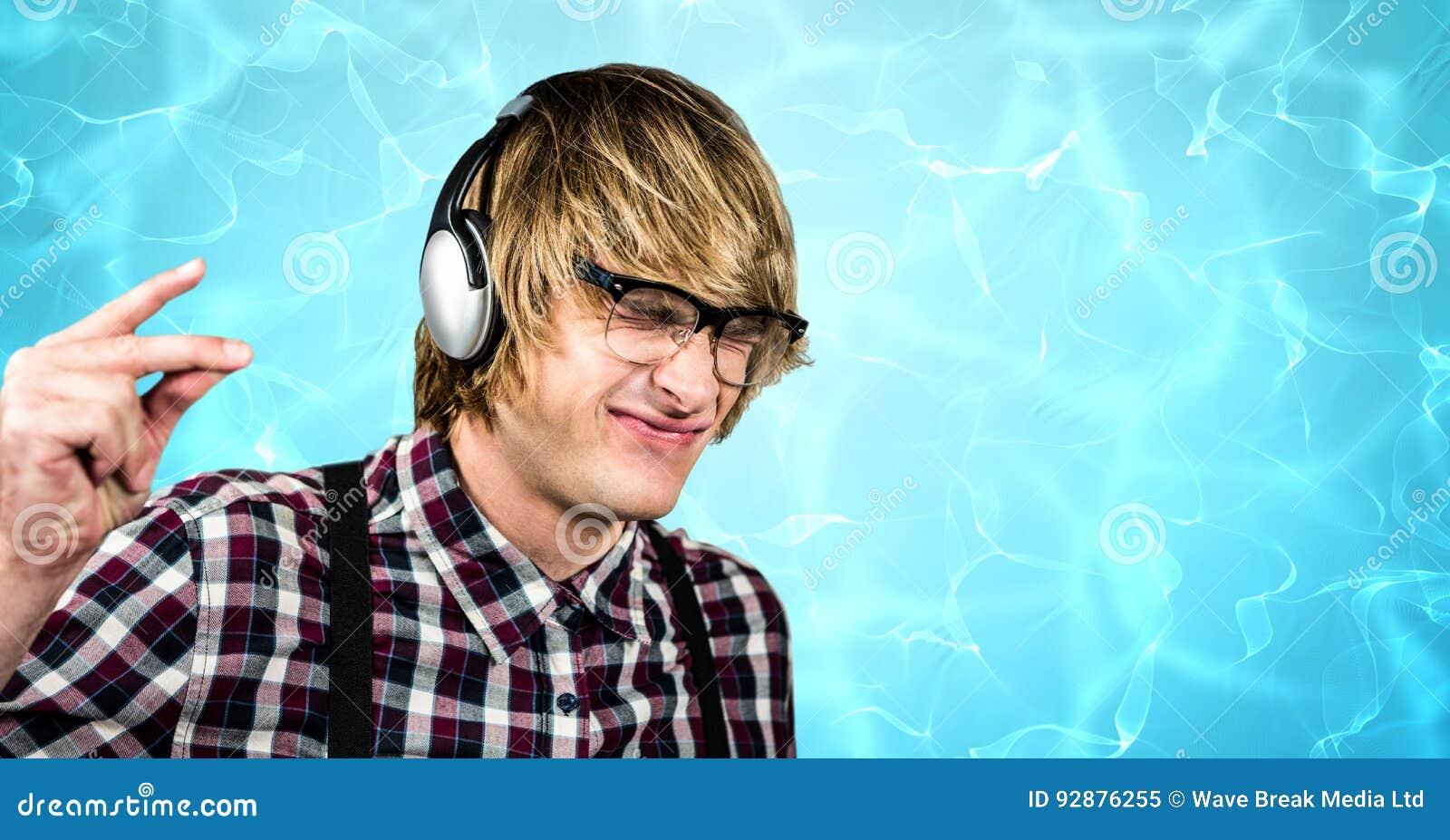 Dedos de agarramento do moderno masculino ao apreciar a música em fones de ouvido