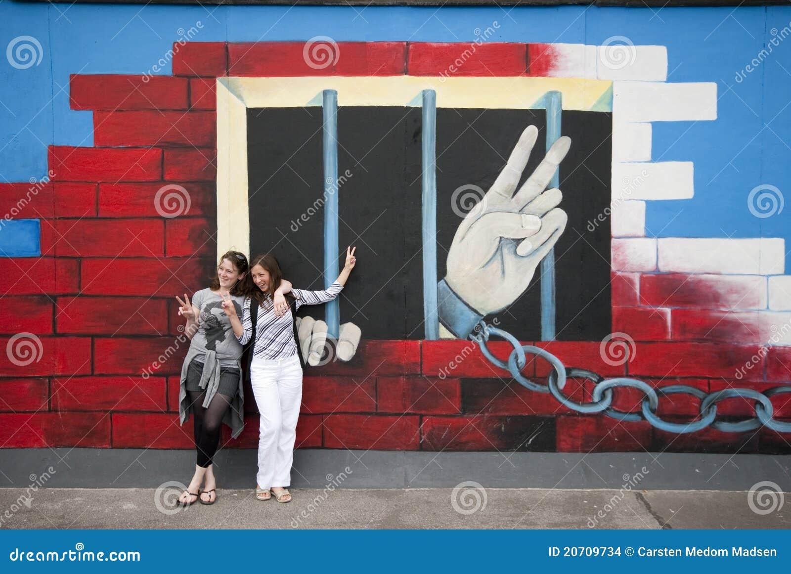 Dedos De La Paz En El Muro De Berlín Imagen De Archivo Editorial Imagen De Surrounding Conmemorativo 20709734