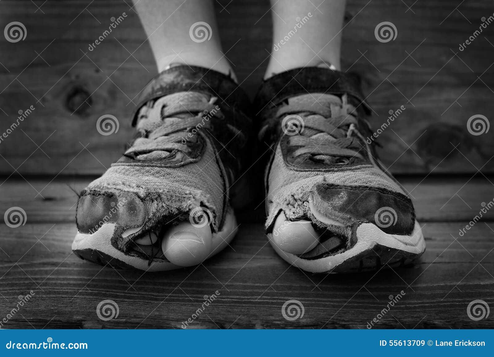Dedos del pie blancos y negros de los agujeros de los - Suelos que se pegan ...