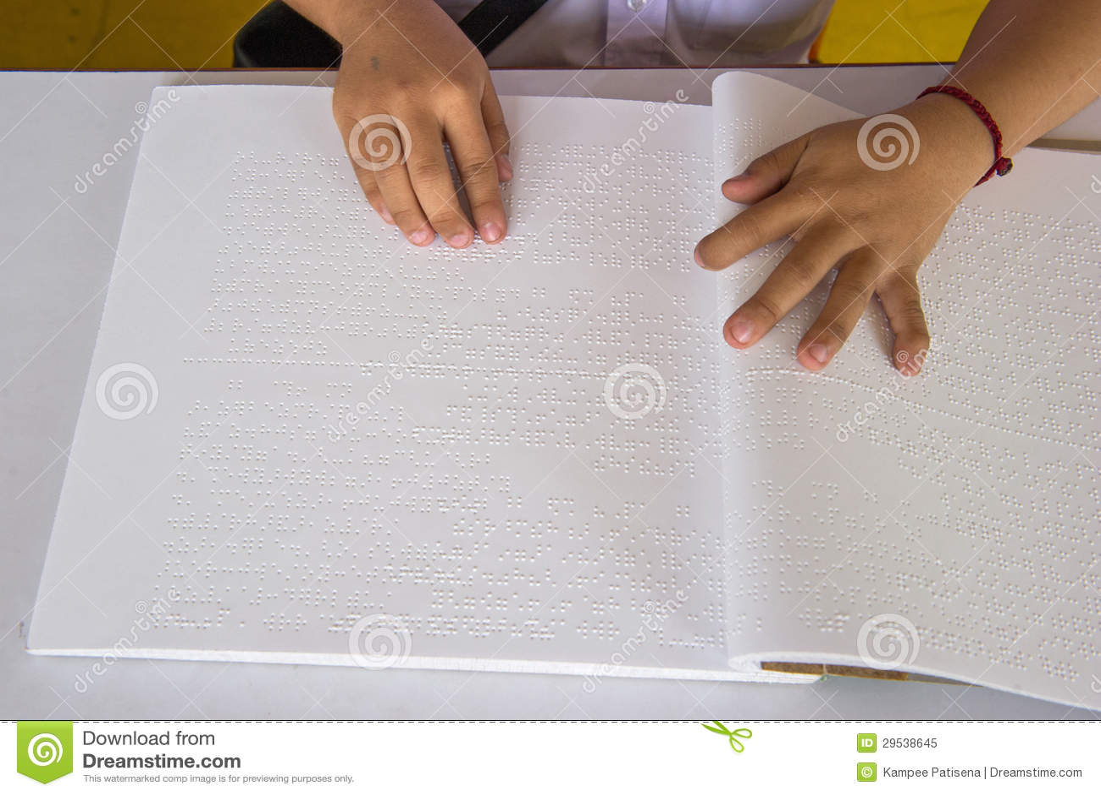 Dedos e braille. os povos cegos leram um livro em braille.