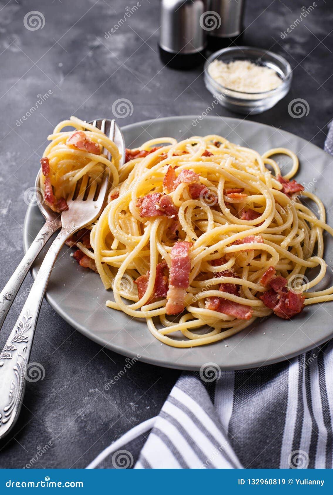 Deegwaren Carbonara met bacon en parmezaanse kaas