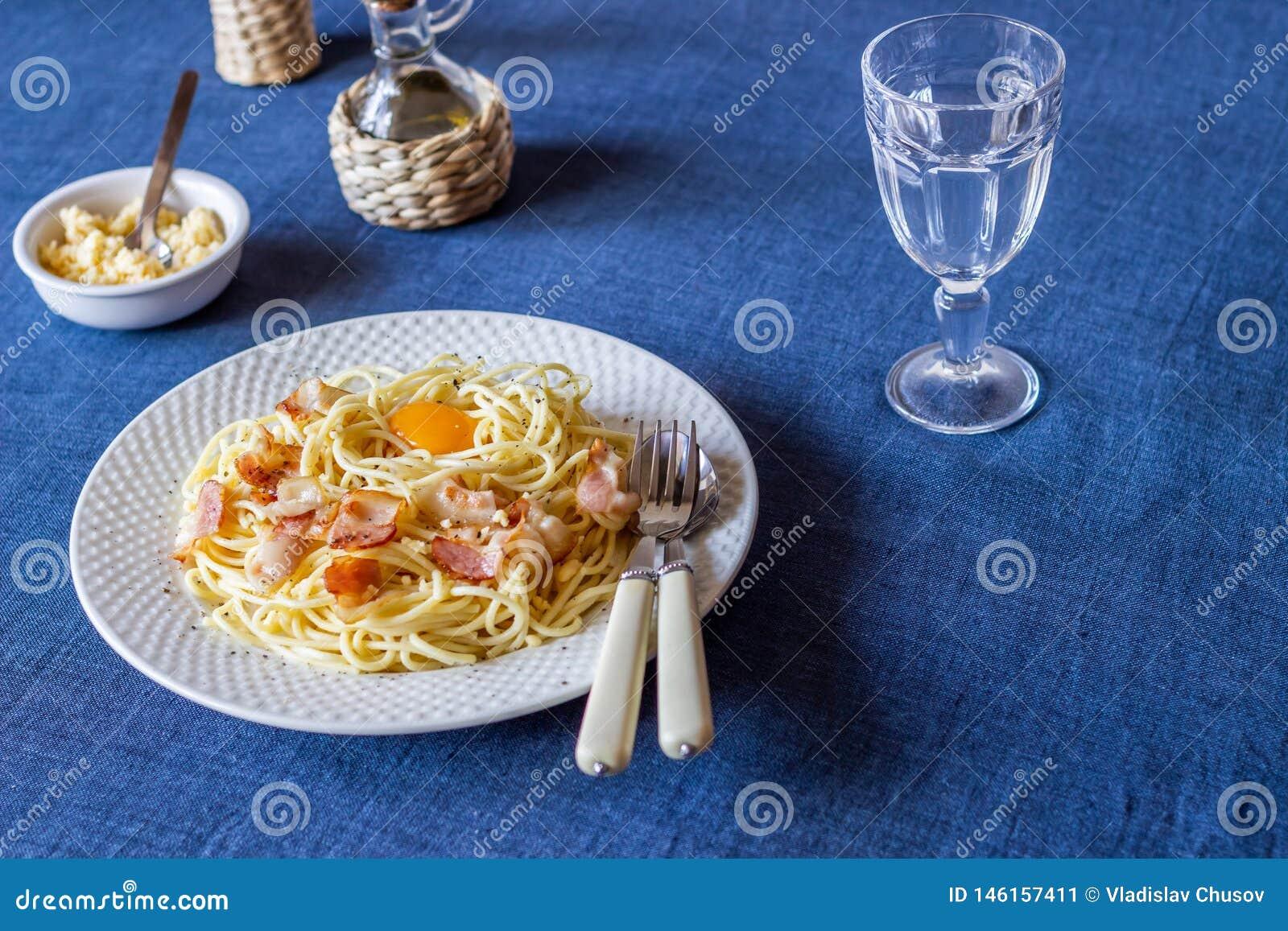 Deegwaren Carbonara op een blauwe achtergrond Italiaans voedsel