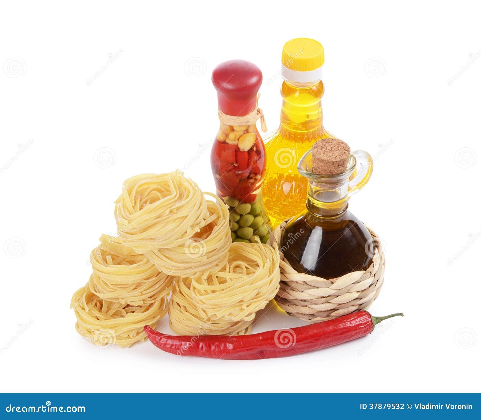 Deegwaren met een olijfolie op wit wordt geïsoleerd dat
