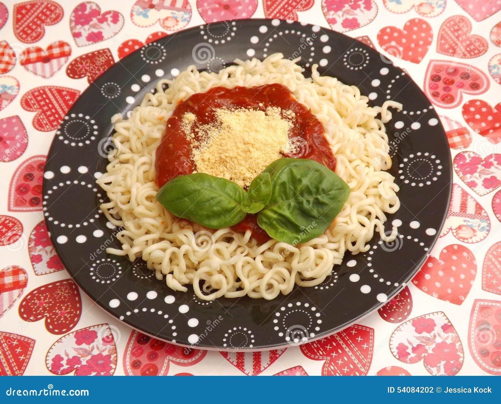 Deegwaren met een saus van tomaten
