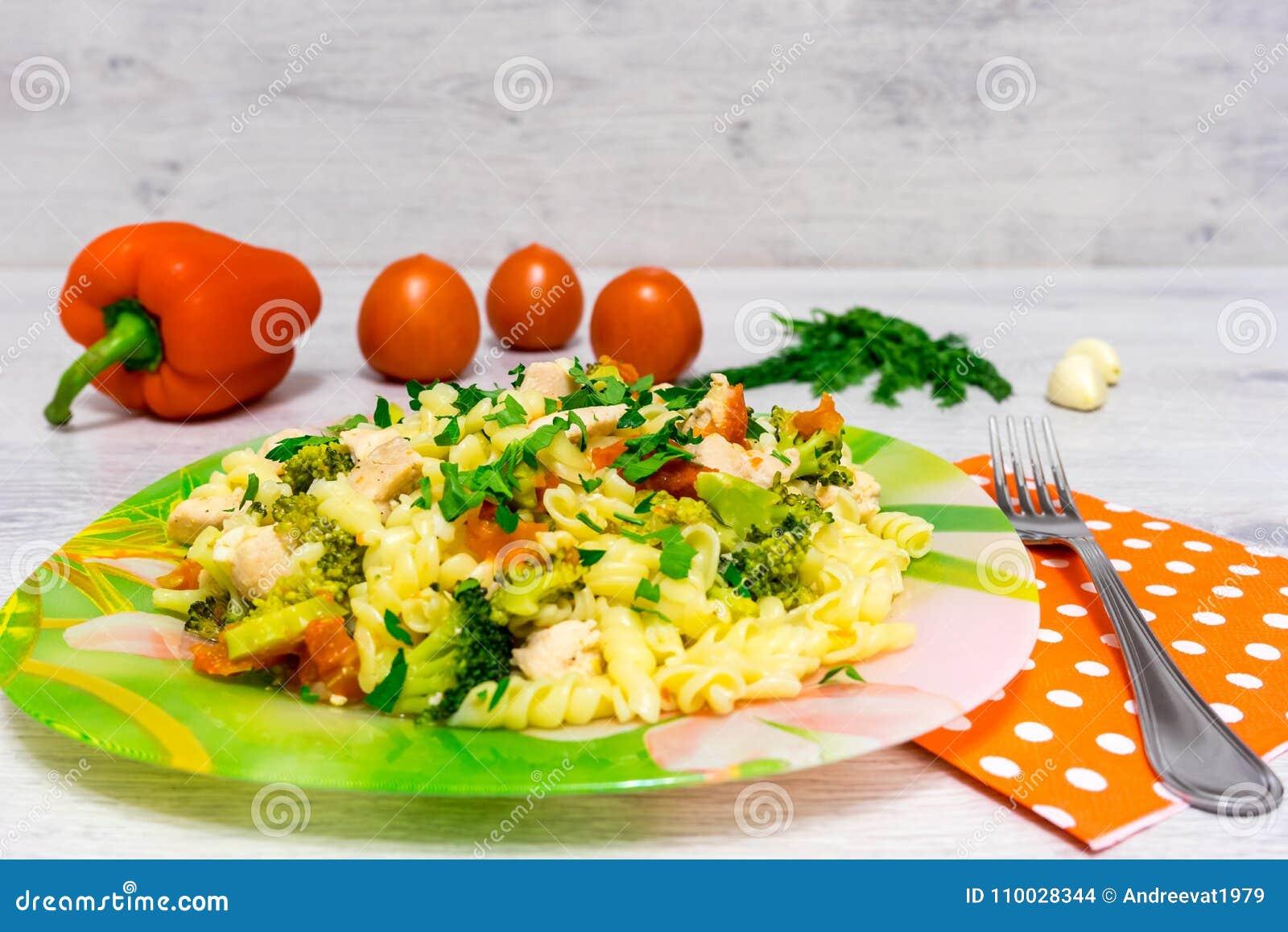 Deegwaren met kip en broccoli