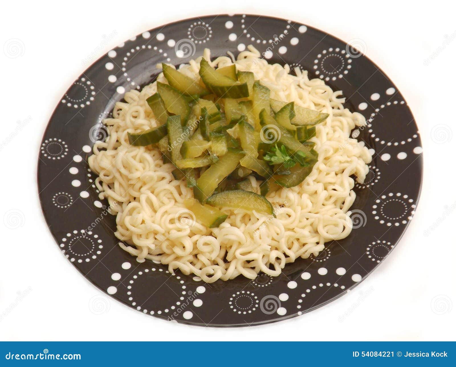 Deegwaren met komkommer