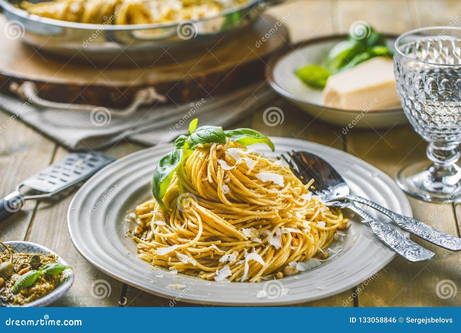 Deegwarenspaghetti met basilicumroom en kaas Hoogste mening over grijze steenlijst Vegetarische plantaardige deegwaren
