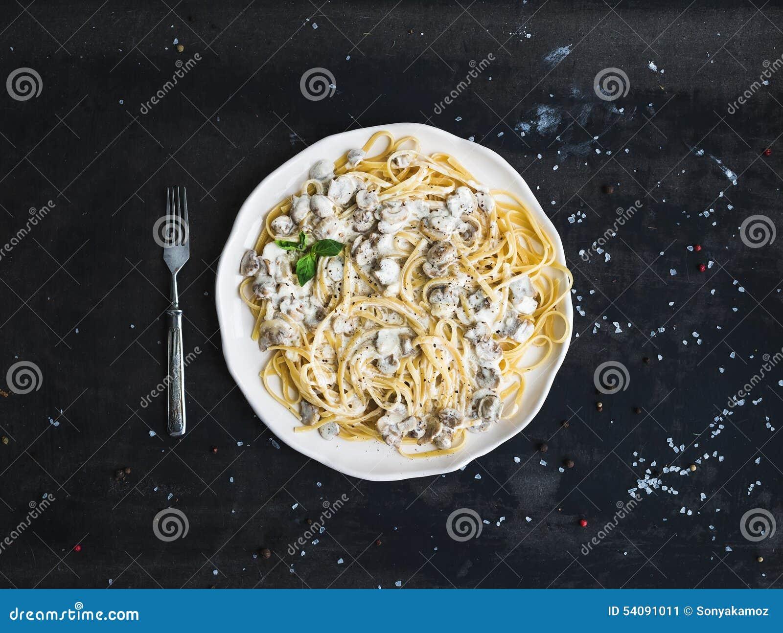 Deegwarenspaghetti met romige paddestoelsaus en