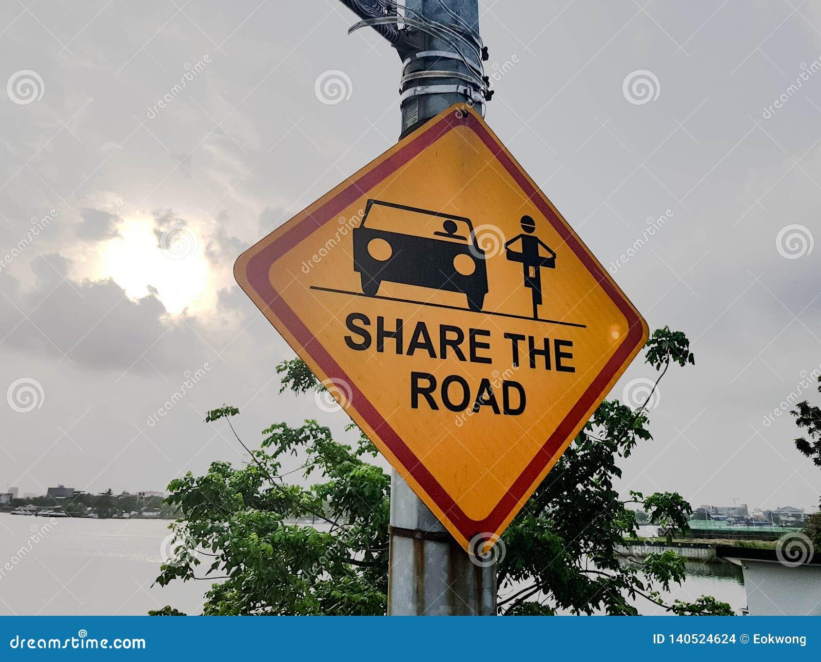 Deel de weg; Gele verkeersteken met auto en fietsersymbolen, pictogrammen