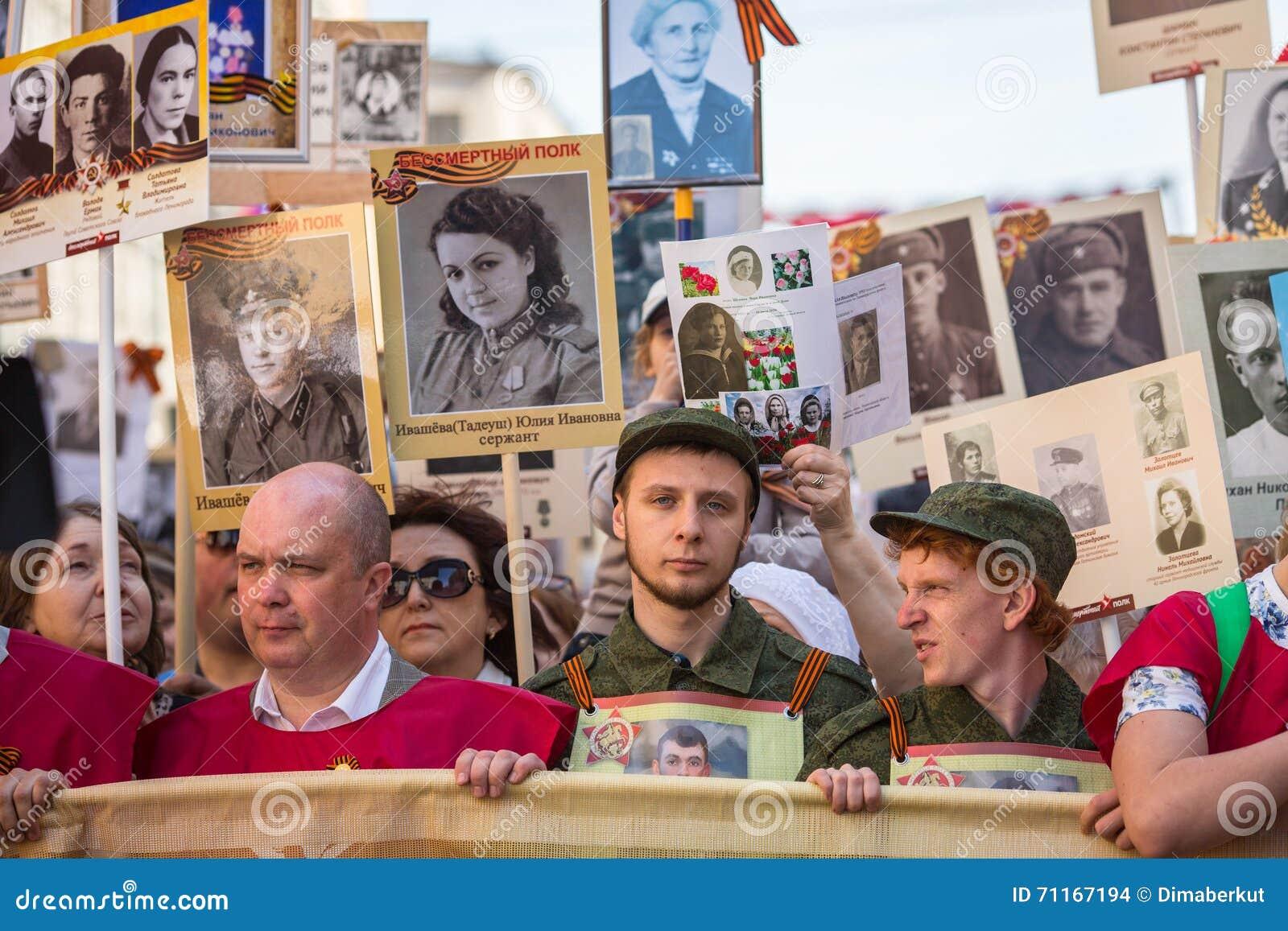 Deelnemers van Onsterfelijk Regiment - openbare actie, waarin de deelnemers banners/portretten droegen