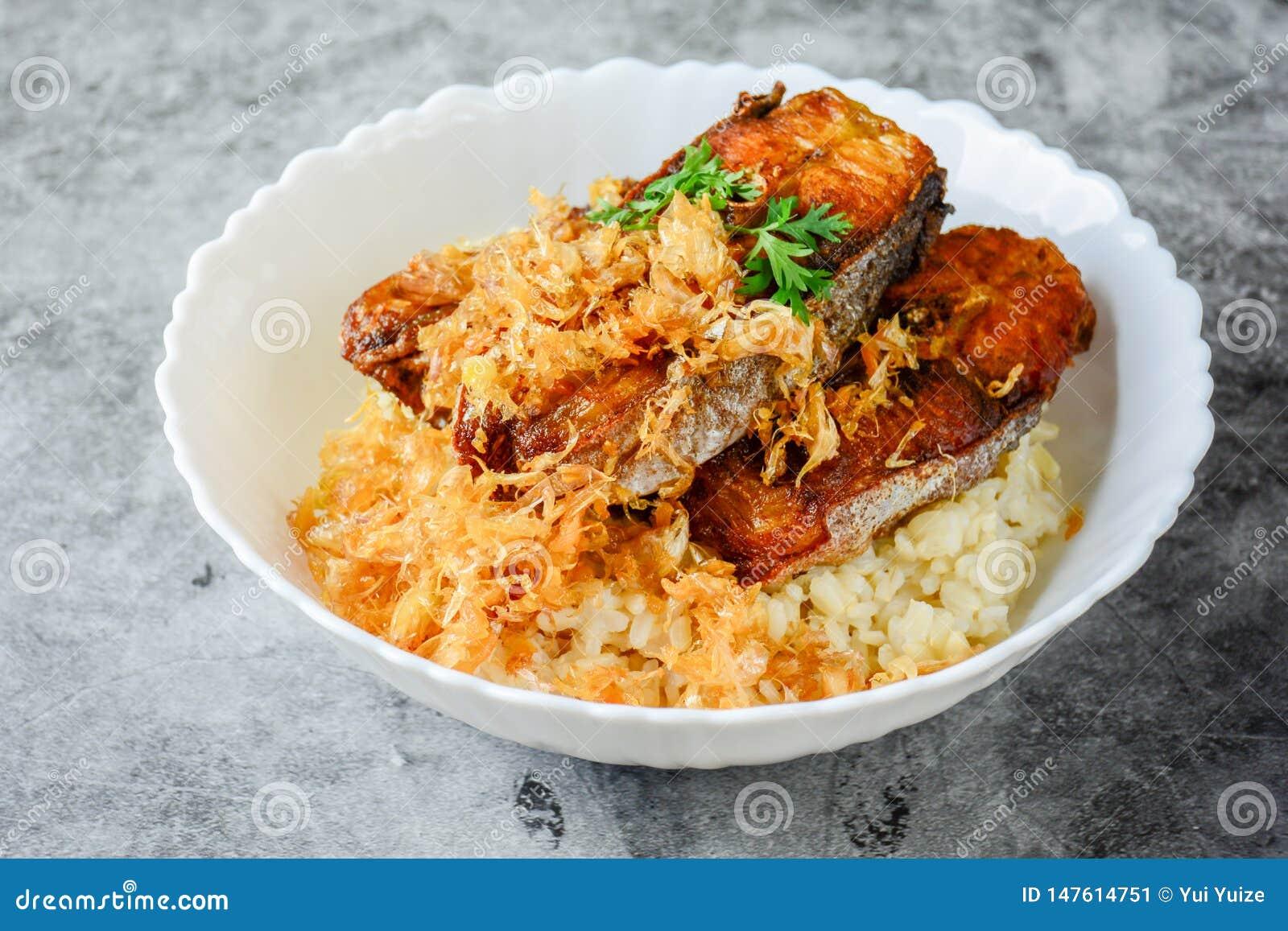 Deep fried cortó los pescados de Pangasius con ajo