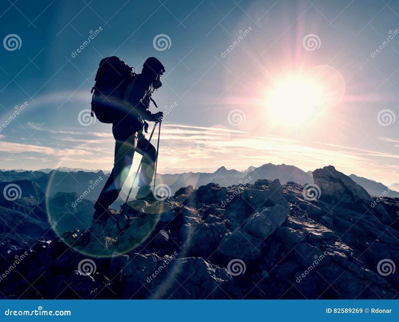 Defeito do alargamento da lente Guia do turista no trajeto trekking com polos e trouxa Caminhante experiente