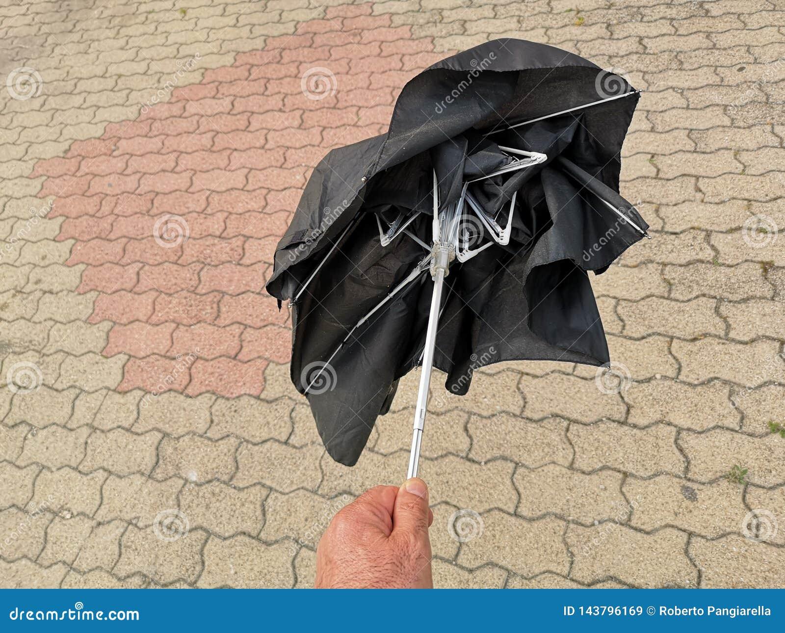 defekter schwarzer regenschirm stockbild  bild von