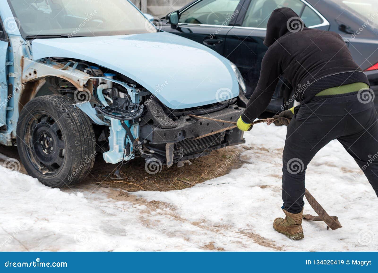 Defektes Auto nach einem Unfall E r r automobil