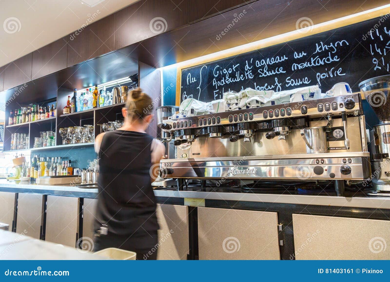 Defensa del La, Francia - 17 de julio de 2016: camarera borrosa en restaurante francés tradicional grande en la ciudad de la defe