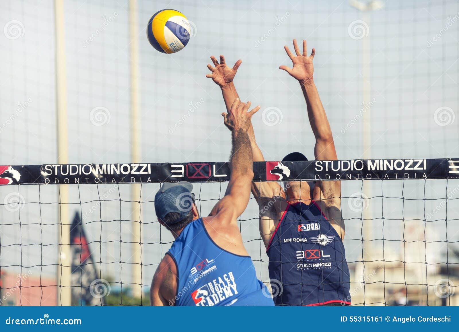 Jugadores De Voleibol De Playa De Las Mujeres La Mujer Que Salta ...