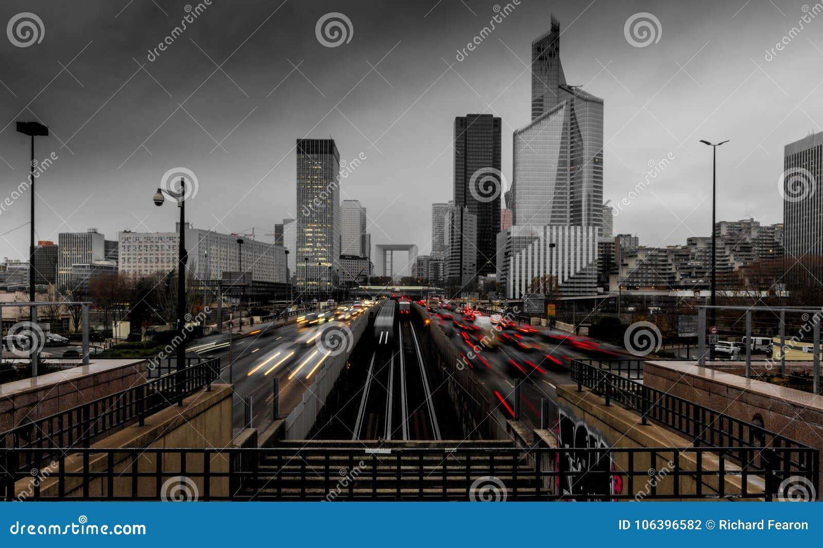 Defesa do La em Paris em uma tarde tormentoso