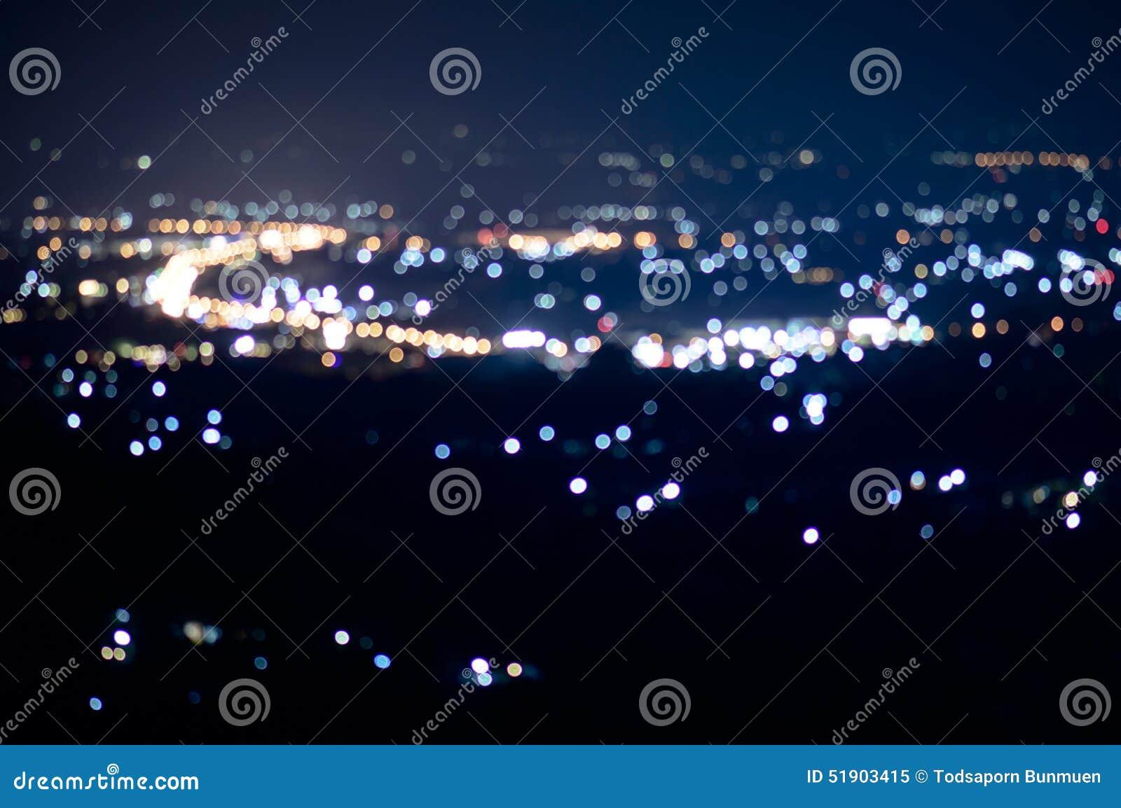 Defocused抽象ChiangMai市夜点燃背景