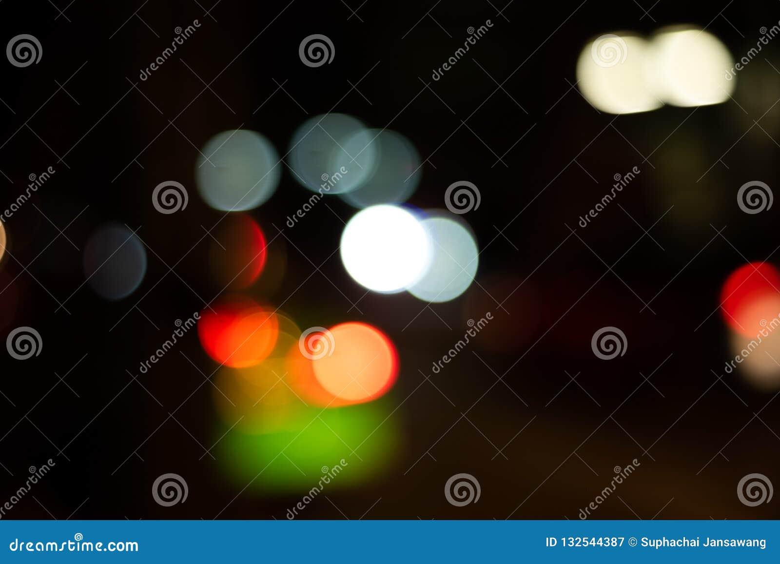 Defocused światła bokeh plamy zmroku tło