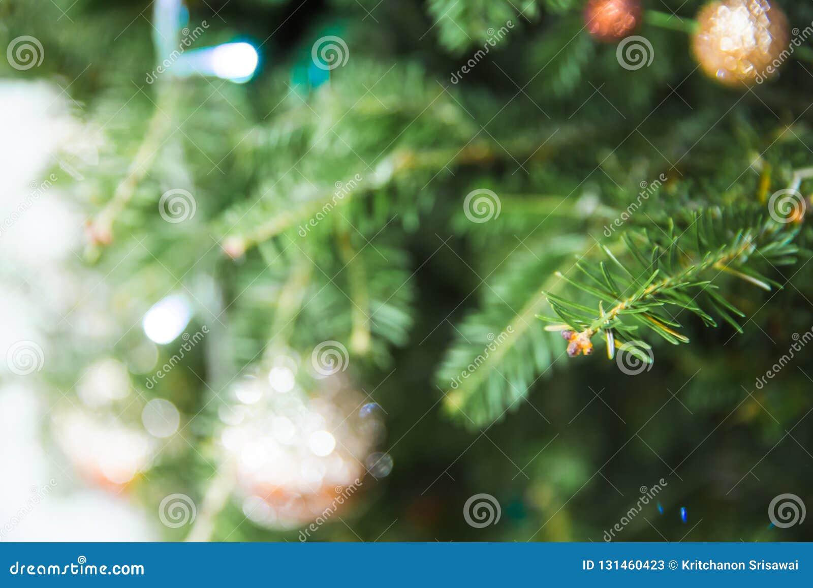 Defocused της ένωσης μπιχλιμπιδιών στο χριστουγεννιάτικο δέντρο με άλλα παιχνίδια Μπορέστε να χρησιμοποιηθείτε για το υπόβαθρο