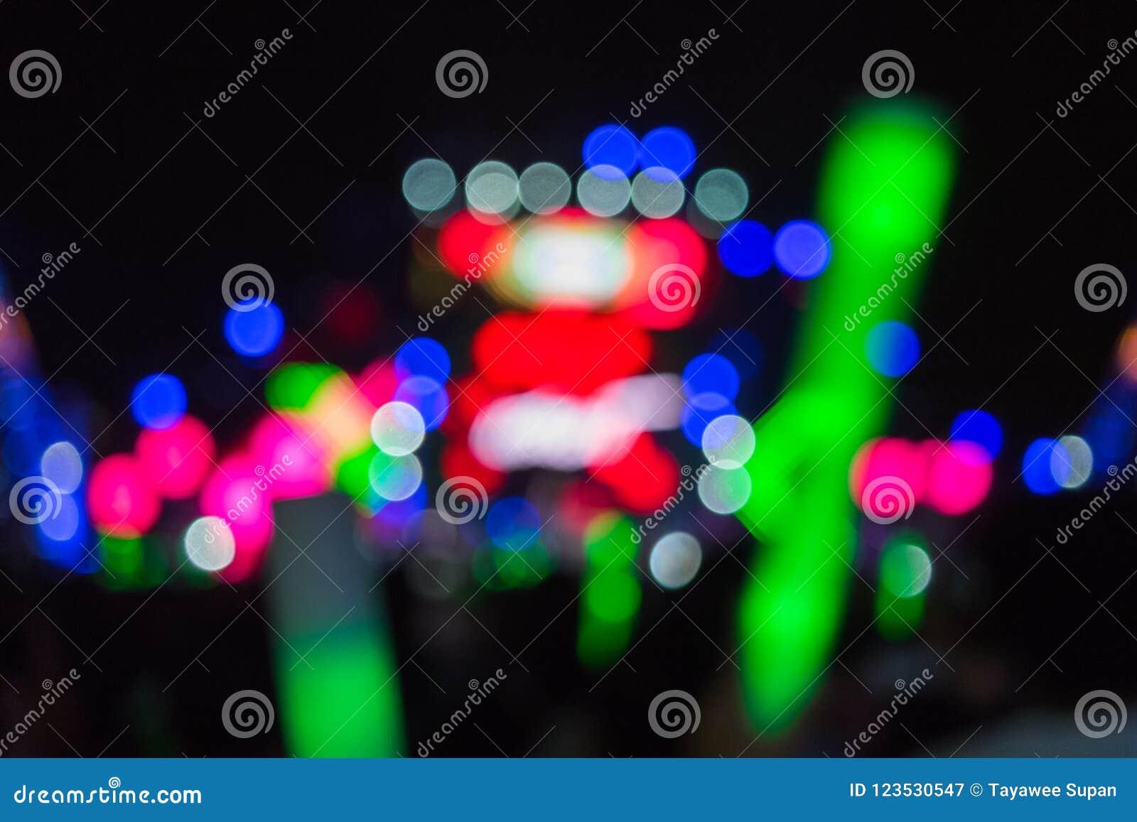 Defocused koncertowy oświetlenie na scenie z widownią