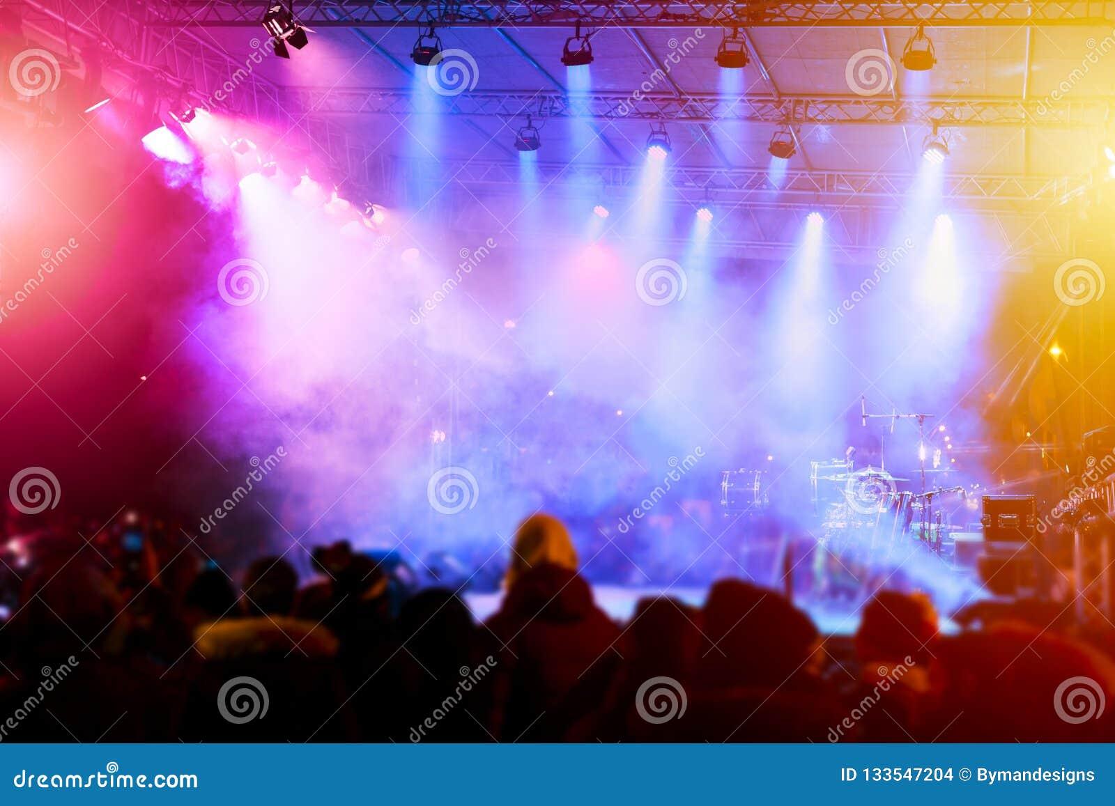 Defocused rozrywka koncerta oświetlenie na scenie