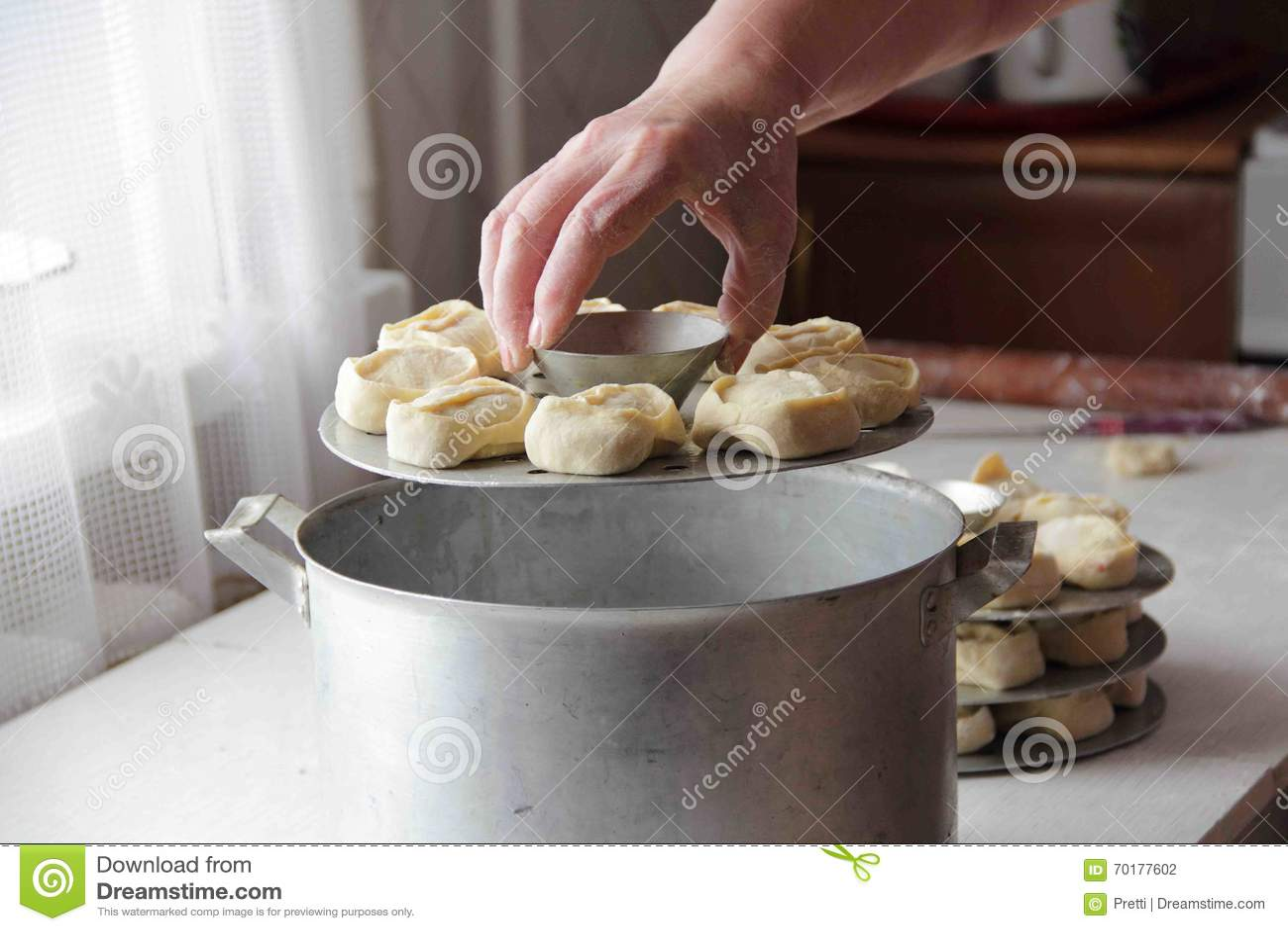 Deg med köttfyllning som ska lagas mat ångat (klimpar)