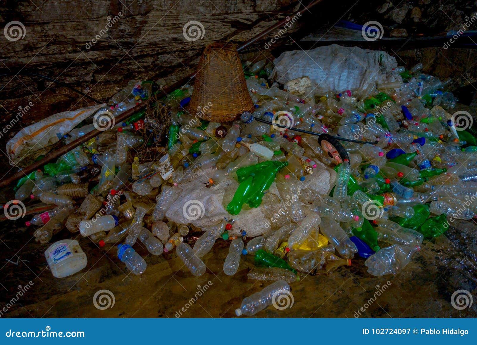 DEHRADUN, ΙΝΔΙΑ - 7 ΝΟΕΜΒΡΊΟΥ 2015: Κλείστε επάνω των απορριμάτων με τα πλαστικά μπουκάλια, καλάθια, σάκοι σε Tapkeshwar Mahadev