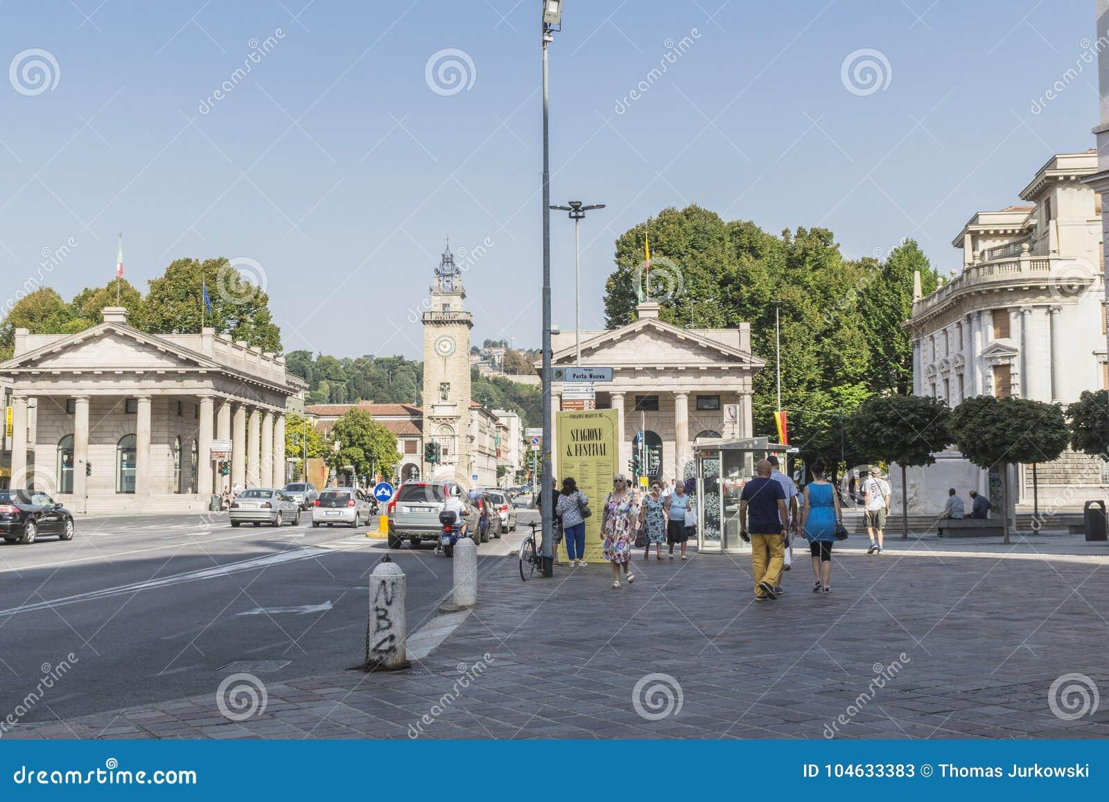 Download Dei Caduti, Bergamo, Italië Van Torre Redactionele Stock Foto - Afbeelding bestaande uit huis, piazza: 104633383