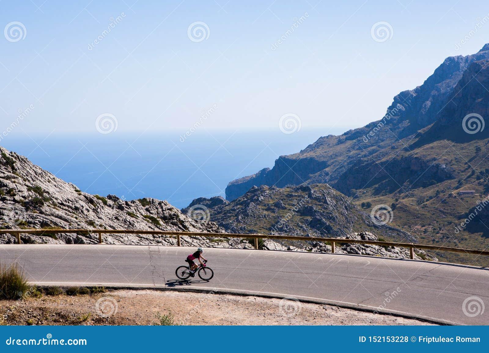 Deia traditionell stenby i det Majorca Tramuntana berget Balearic Spanien Härlig by i Mallorca Deia