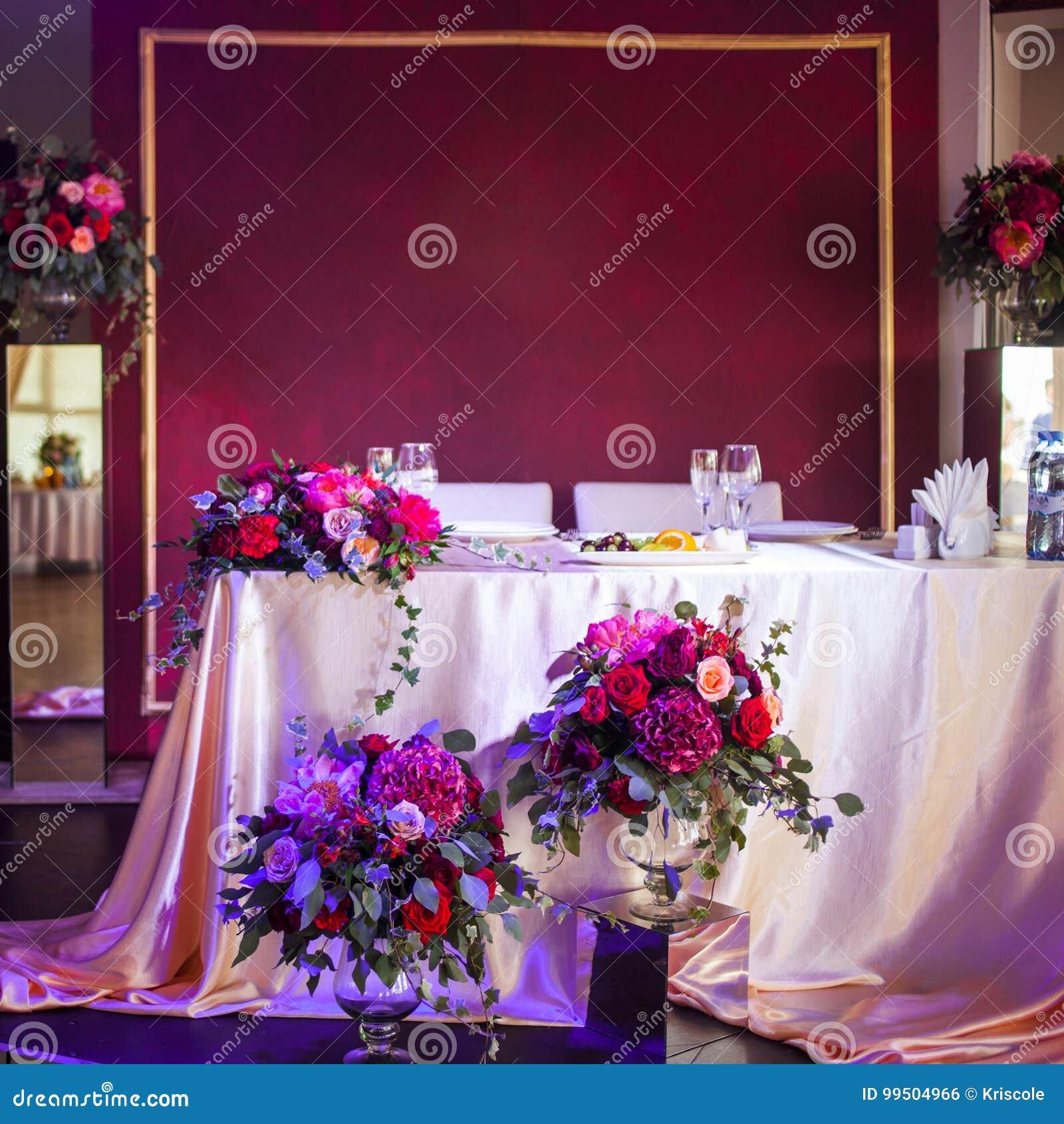Dekor av nygifta personerna Siden- borddukar, röda blommor Ställe för text överst
