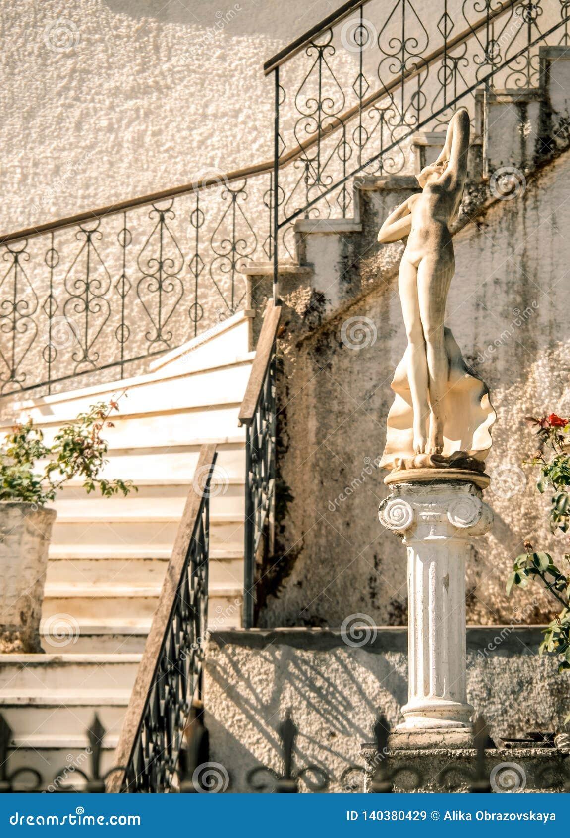 Dekoracja podwórze Grecki dom z marmurów krokami i statua na wyspie Kefalonia, Grecja