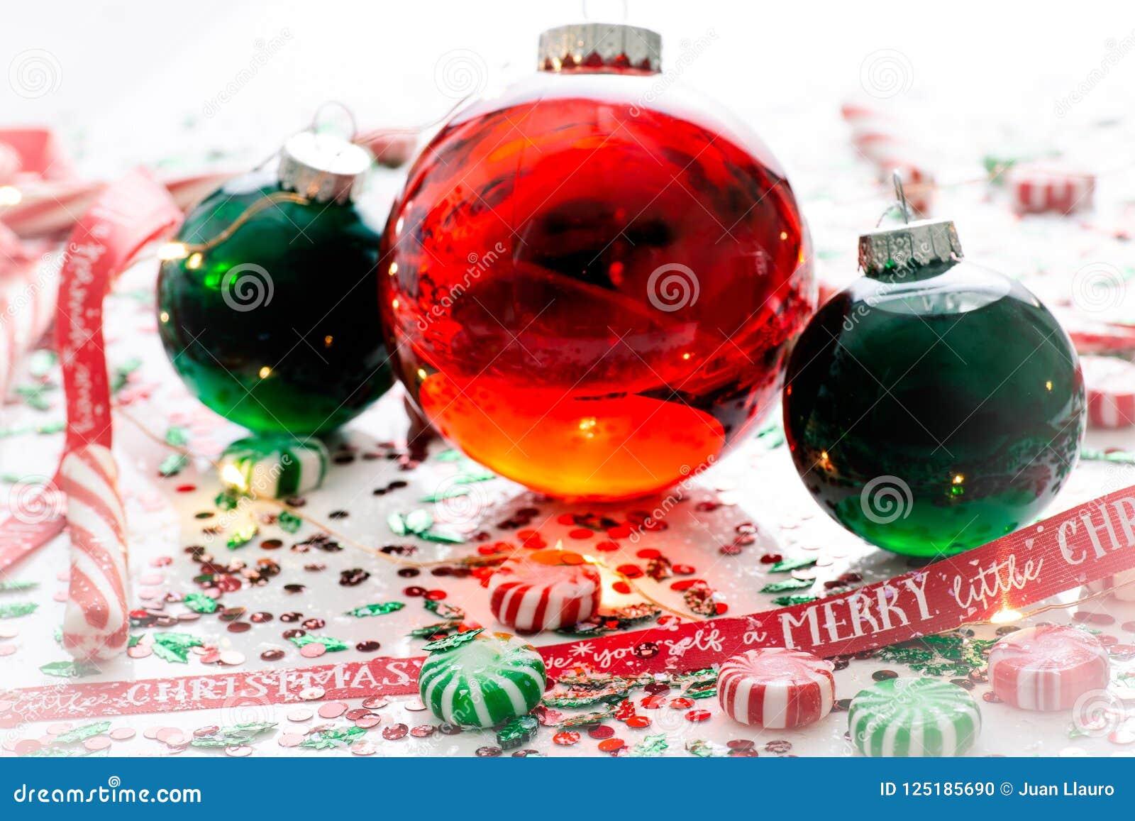 Dekoracja z czerwony fluid wypełniającymi bożymi narodzeniami ornamentuje piłkę i dwa zielenieją wypełniać ornament piłki otaczać