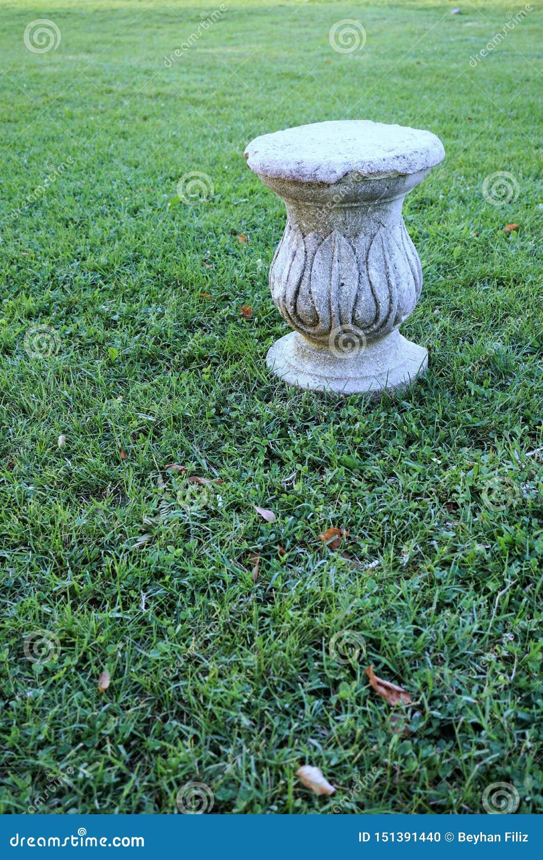 Dekoracyjny filar nad trawą
