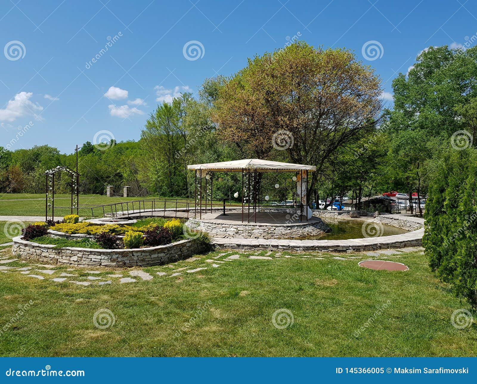 Dekoracyjny miejsce dla ceremonii lub rozrywek Plenerowy przyj?cie pod namiotami i drzewami