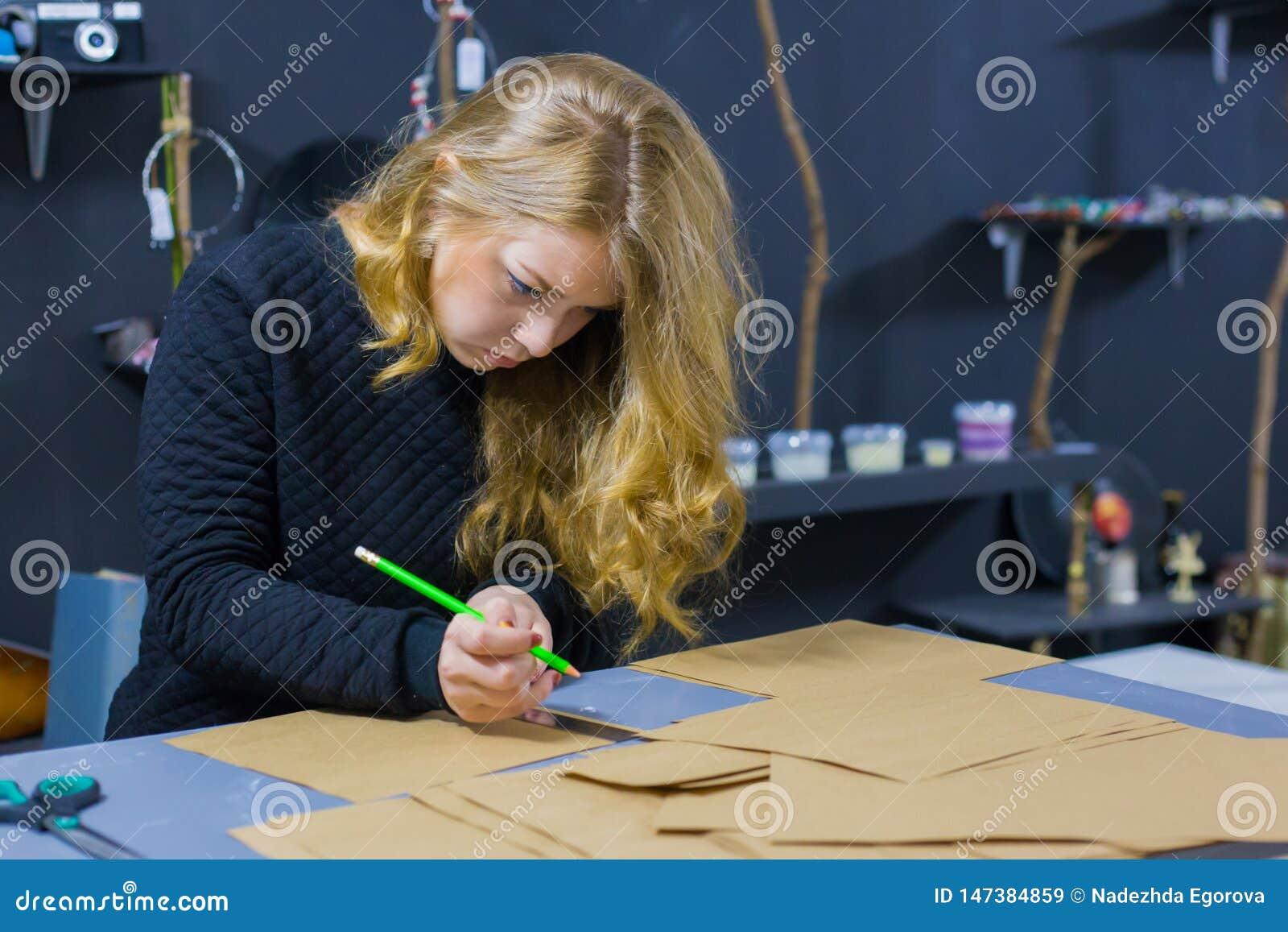 Dekorat?r f?r yrkesm?ssig kvinna, m?rkes- arbete med kraft papper