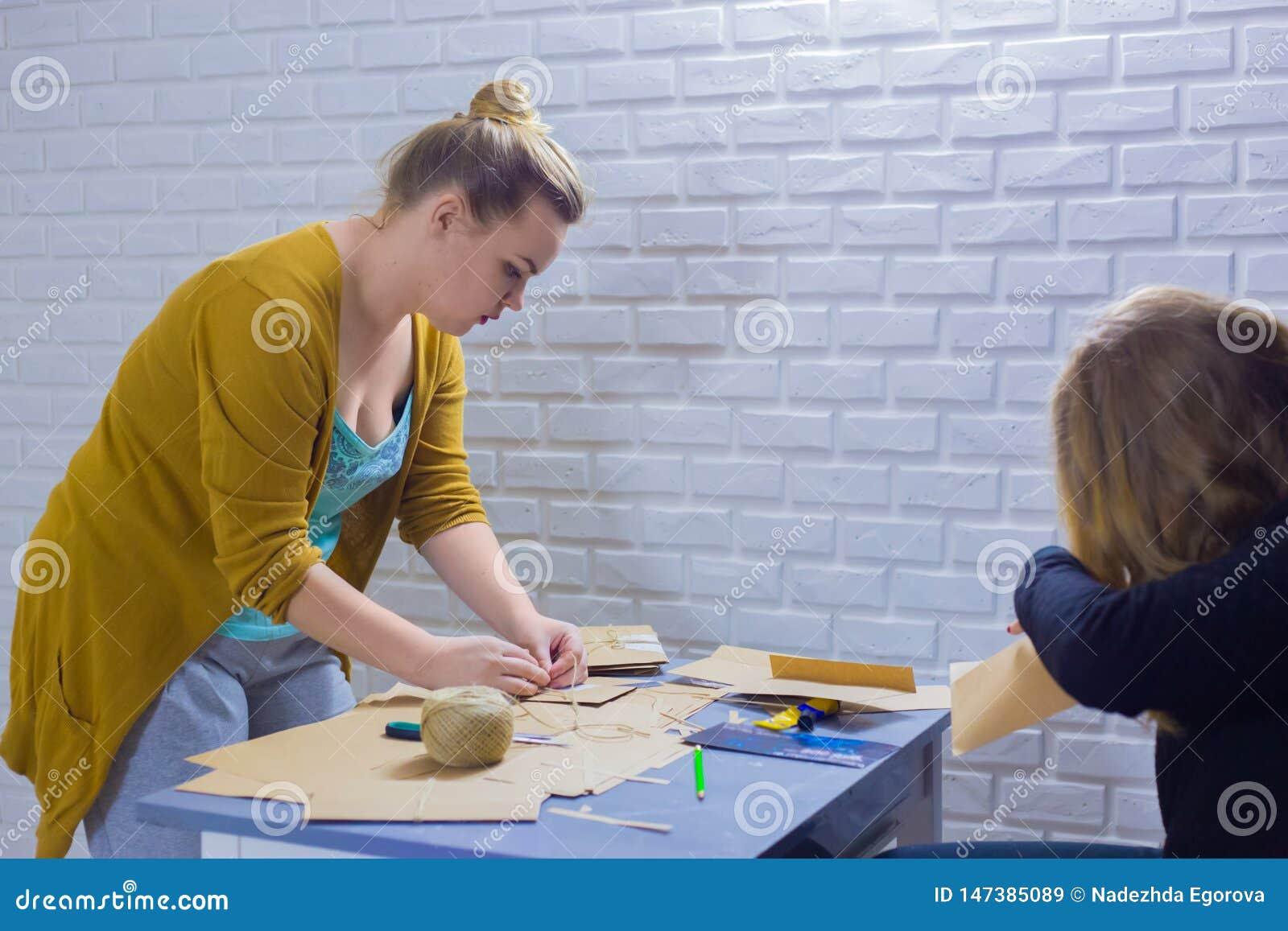 Dekorat?rer f?r yrkesm?ssiga kvinnor som arbetar med kraft papper