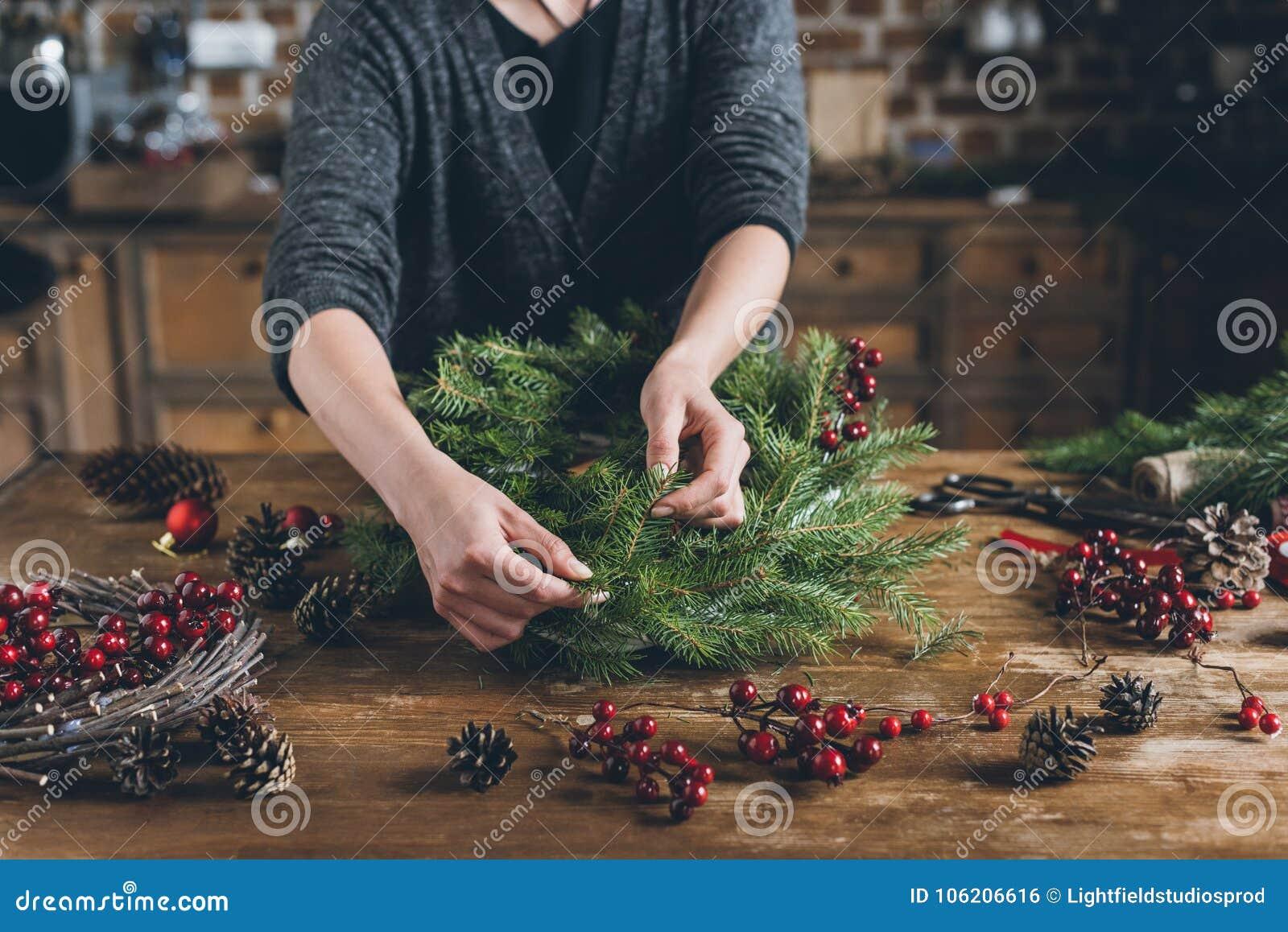 Dekorateur, der Weihnachtskranz macht