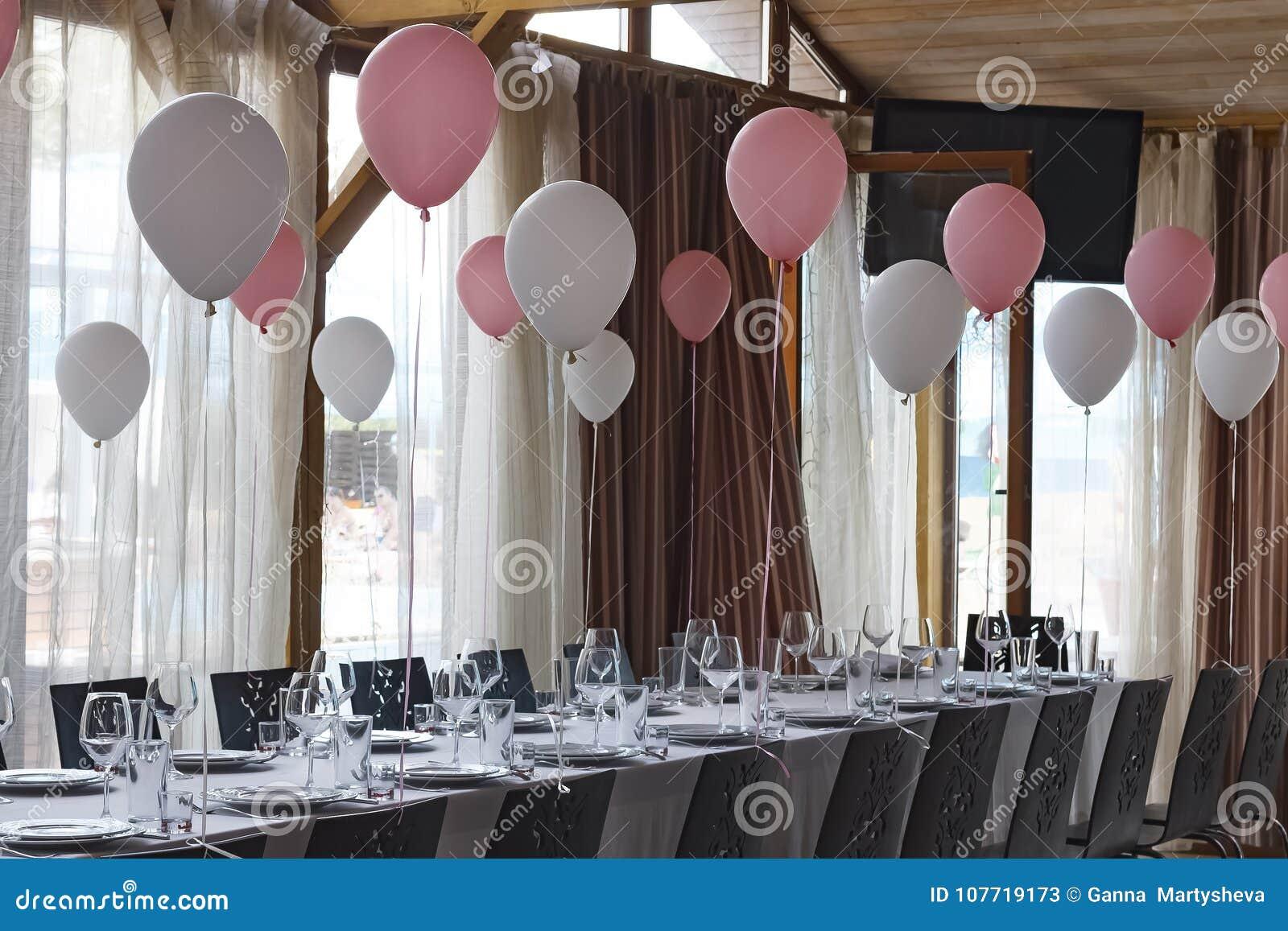 Dekoration in der Banketthalle im Restaurant für ein ernstes Ereignis Konzept: Dienen feier jahrestag hochzeit
