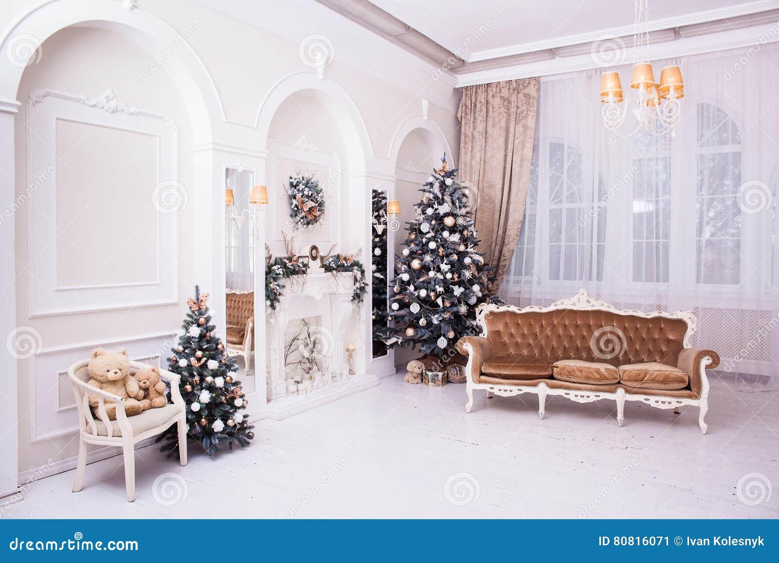 Dekoration Des Winter Neuen Jahres Und Des Weihnachten In Der Klassischen  Halle