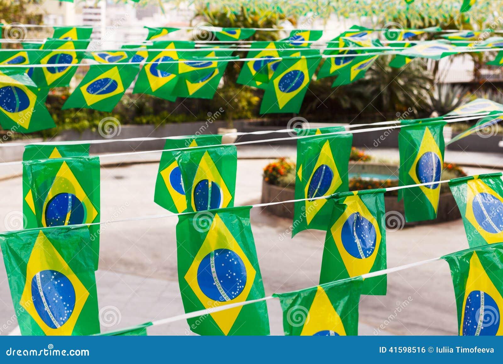 Brasilianische Dekoration dekoration, flaggen von brasilien stockfoto - bild von ferien, wind