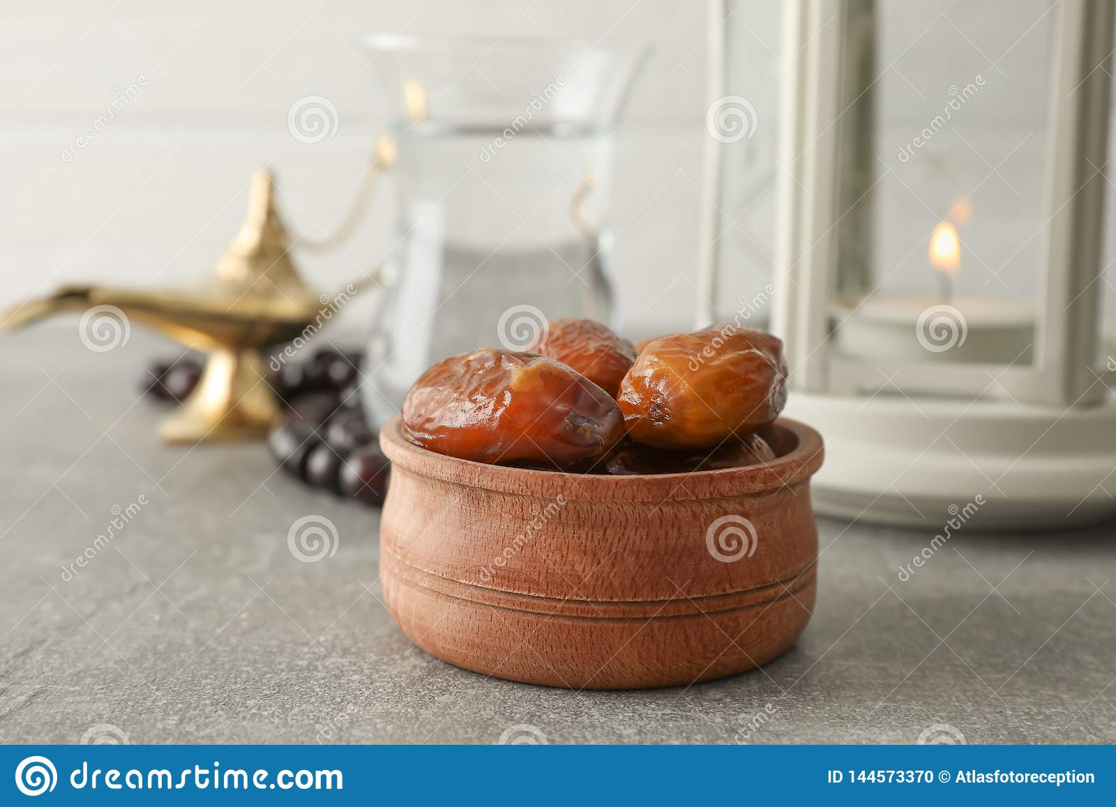 Dekoration und Nahrung von Ramadan Kareem-Feiertag auf grauer Tabelle