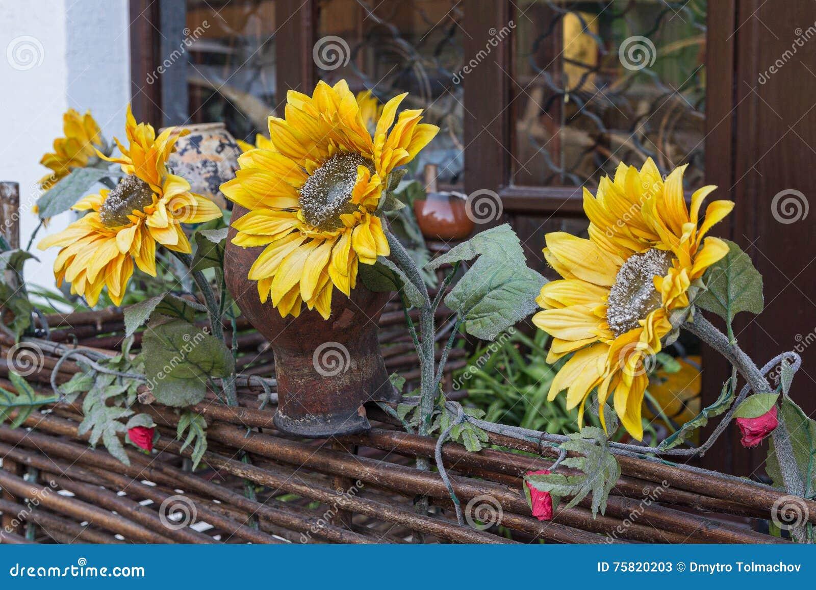 Dekoration Von Sonnenblumen Und Von Töpfen Im Artdorf Stockbild ...
