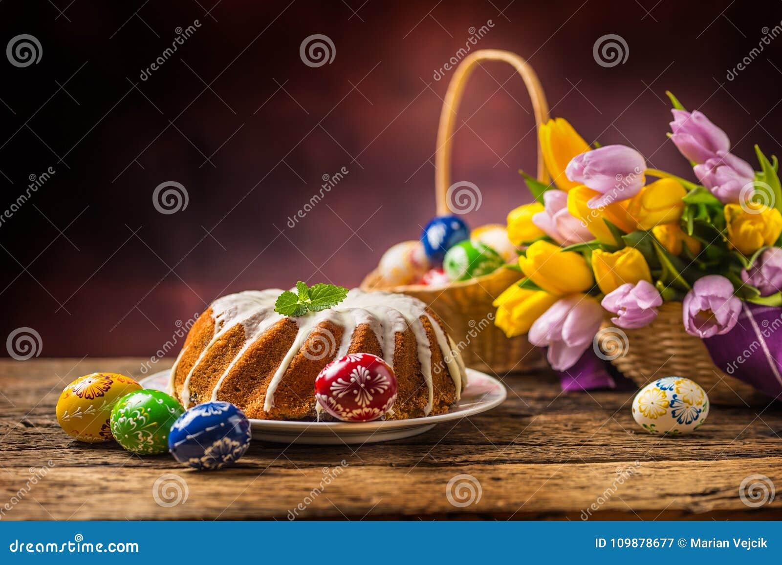 Dekorativ easter för brödcake tradition Traditionell cirkelmarmorkaka med easter garnering