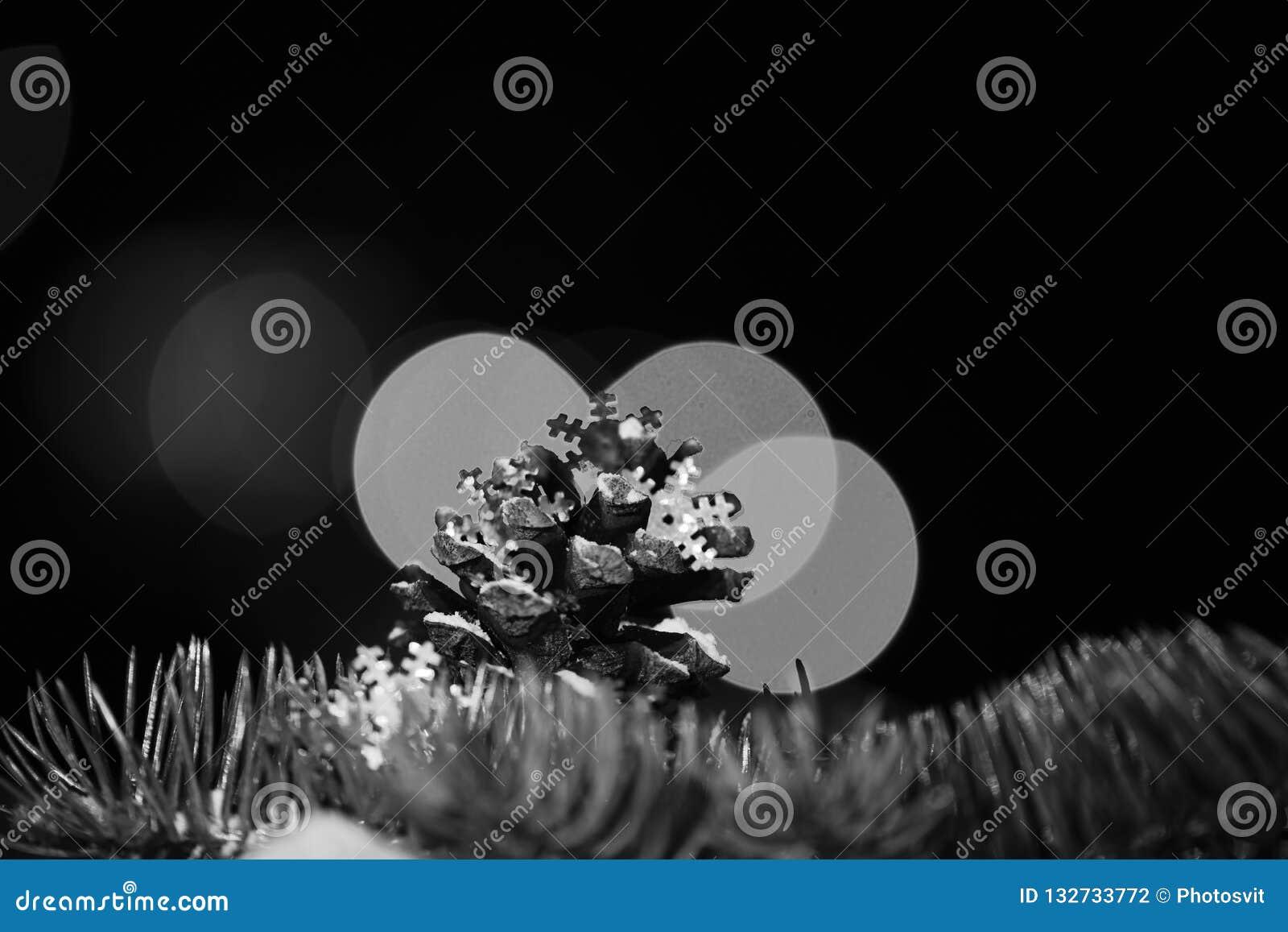 Dekorativ färgrik kotte för feriexmas och filial av granträdet med defocused bokehljus och på färgrik bakgrund, kopia