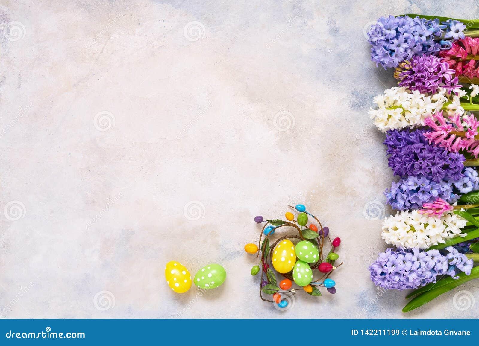 Dekorativa påskägg och flatlay hyacintblommor Kopieringsutrymme, bästa sikt Påskberömbegrepp