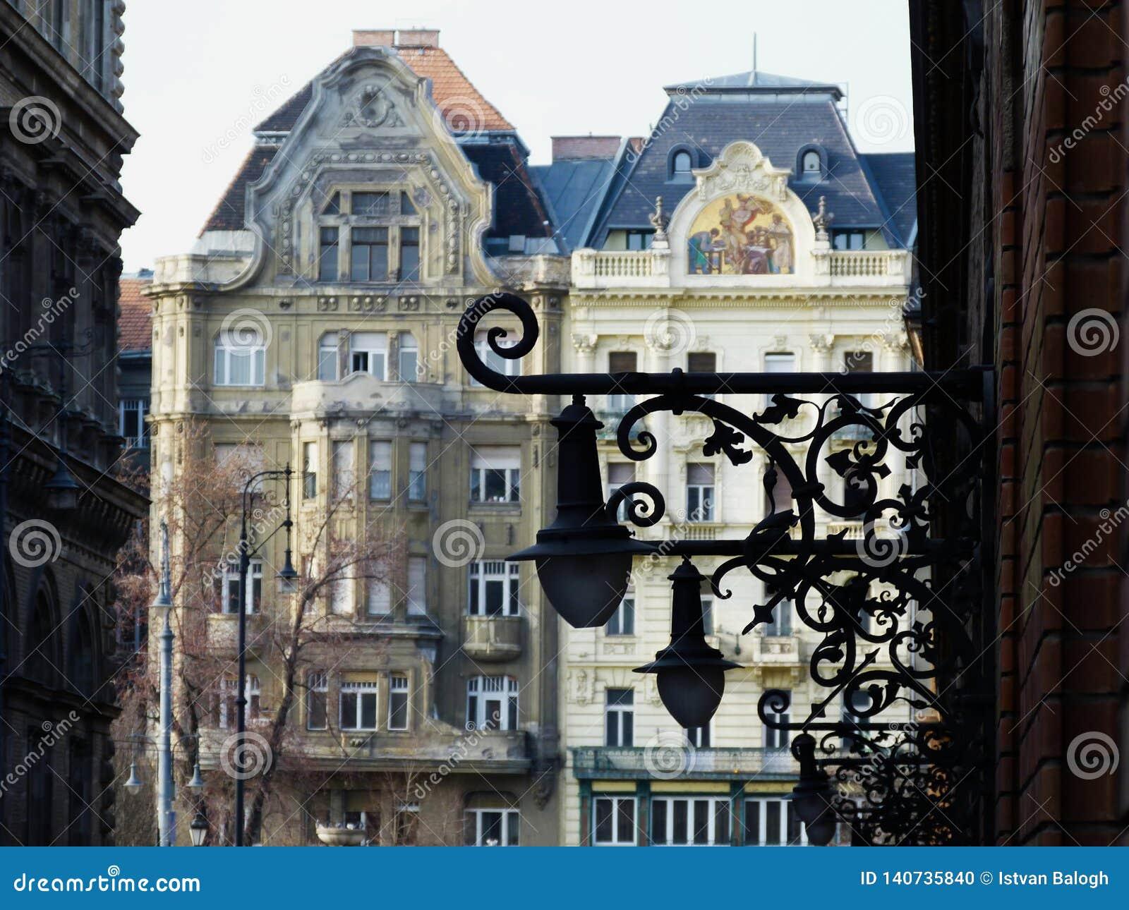Dekorativa vägglyktor för tappning i Budapest i perspektiv
