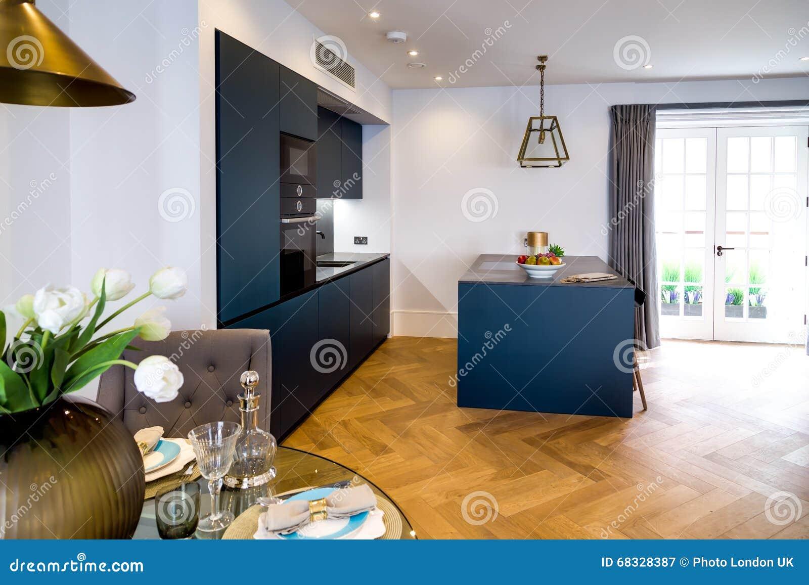 Dekorative Kuche Und Speisetisch Stockbild Bild Von Dekorative Speisetisch 68328387